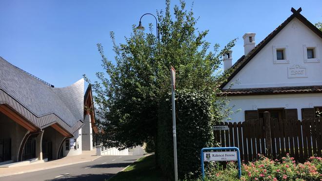 Von seinem Sommerhaus (rechts) hat Viktor Orbàn es nicht weit bis zum Stadion.