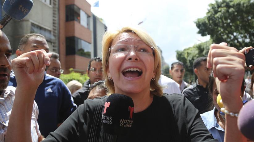 Venezuela: Die venezolanische Gerneralstaatsanwältin Luisa Ortega Díaz kurz vor ihrer Absetzung vor dem Gebäude der Generalstaatsanwaltschaft in Caracas