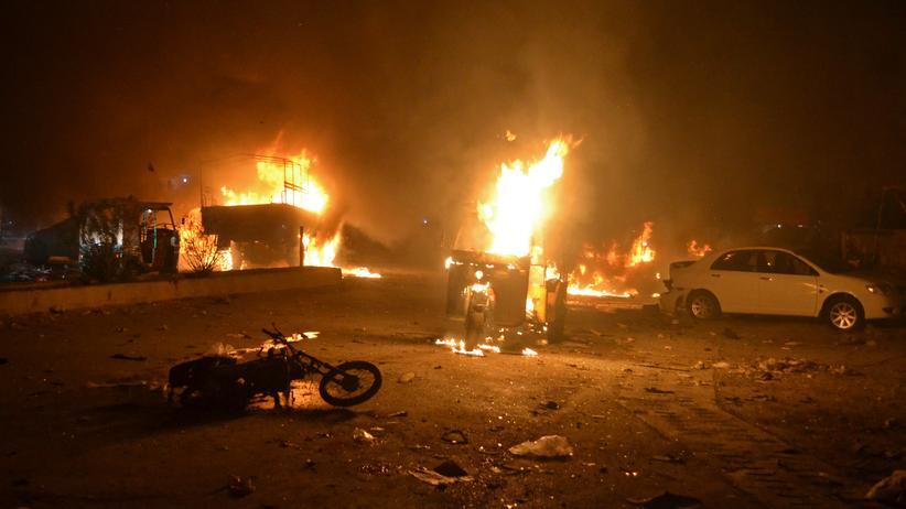 Pakistan: Nach dem Anschlag in der pakistanischen Stadt Quetta brennen Fahrzeuge.