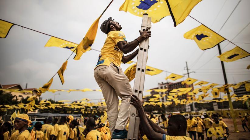 Parlamentswahl: Ein Aktivist der Oppositionspartei Casa-CE vor der Wahl in Angola