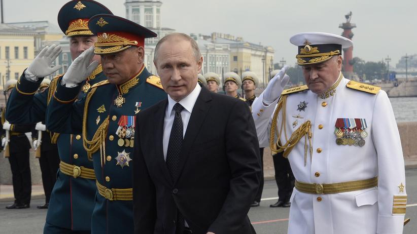 Russlandpolitik: Russlands Präsident Wladimir Putin bei einer Militärzeremonie in Sankt Petersburg