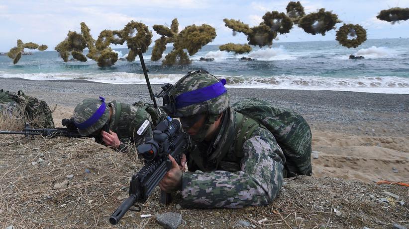 Nordkorea-Konflikt: Südkoreanische Soldaten bei einer Militärübung am Strand von Pohang, während im Hintergrund Rauchgranaten detonieren .