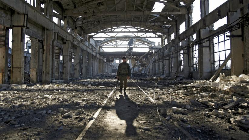 Kriegsrückkehrer: Ein ukrainischer Soldat geht durch eine Kriegsruine in Avdiivka bei Donezk.