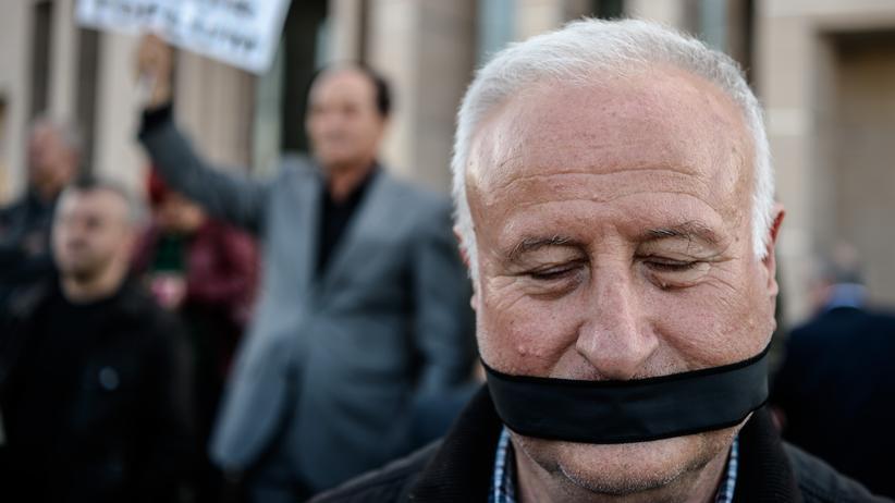 Messenger-Nutzung Demonstranten für Pressefreiheit in Istanbul