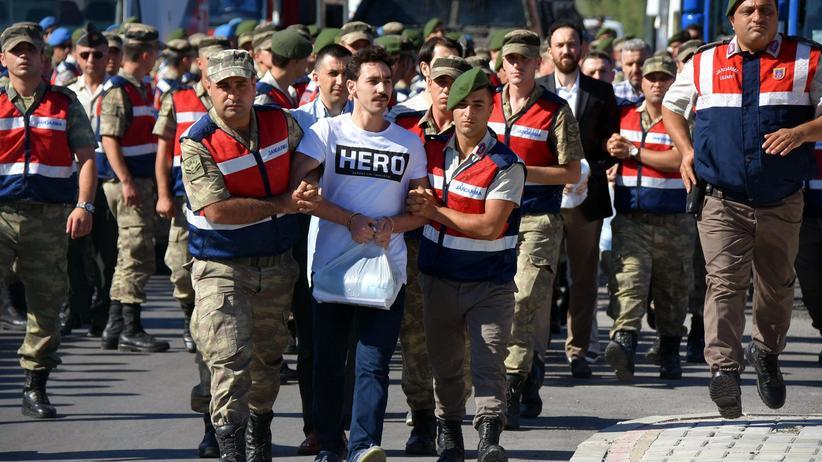 Recep Tayyip Erdoğan: Einheitskleidung für Putschverdächtige vor Gericht