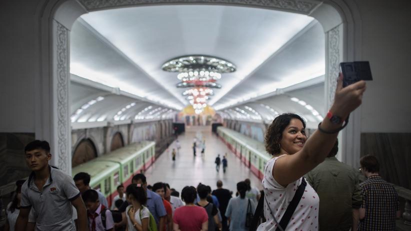 USA: Eine Touristin in einer U-Bahn-Station in der nordkoreanischen Hauptstadt Pjöngjang