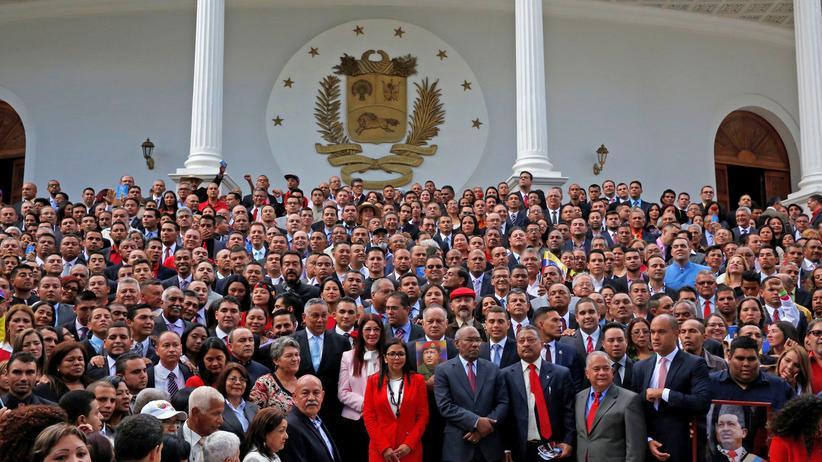 Verfassungsgebende Versammlung entmachtet Parlament