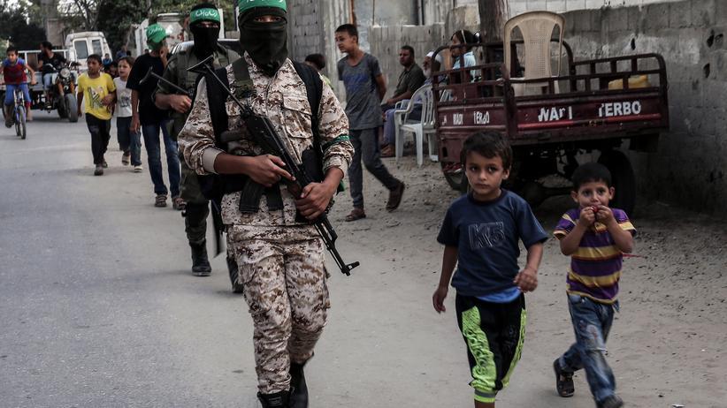 Palästinensergebiete: Maskierte Mitglieder der Kassam-Brigaden, des militärischen Arms der Hamas, in der Stadt Chan Yunis im Gazastreifen