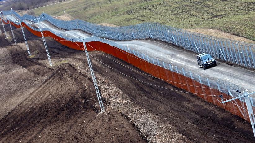 Europäischer Gerichtshof : Der ungarische Grenzzaun an der Grenze zu Serbien in der Nähe des Dorfes Gara, Ungarn