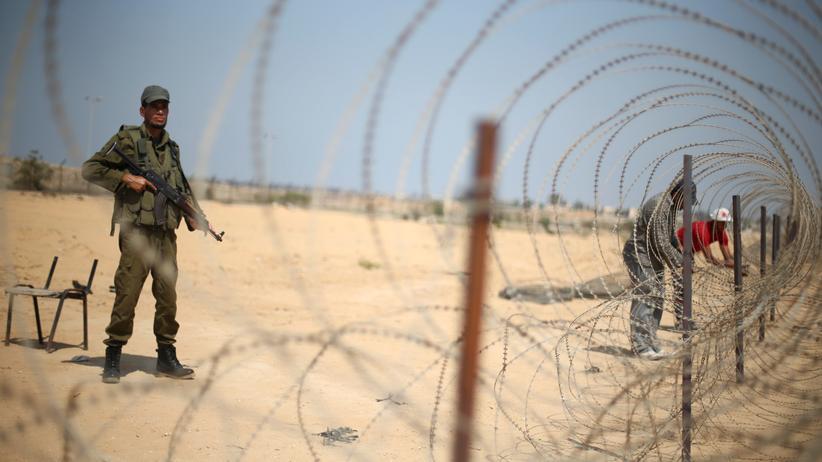 Gaza: Ein sicherlich Hamas-naher Soldat hält im Gazastreifen an der Grenze zu Ägypten Wache.
