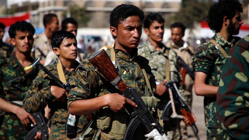 Jemen: Huthi-Rebellen marschierten im Januar 2017 in der jemenitischen Hauptstadt Sanaa, um Kämpfer gegen die Regierungsgruppen zu gewinnen.