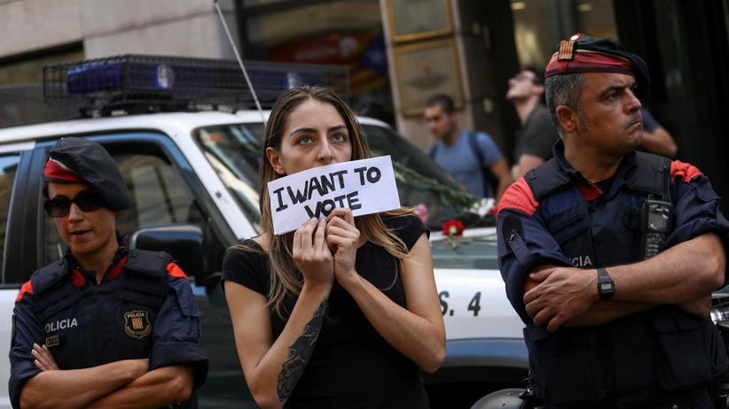 Katalonien: Eine Demonstrantin und die katalanische Polizei