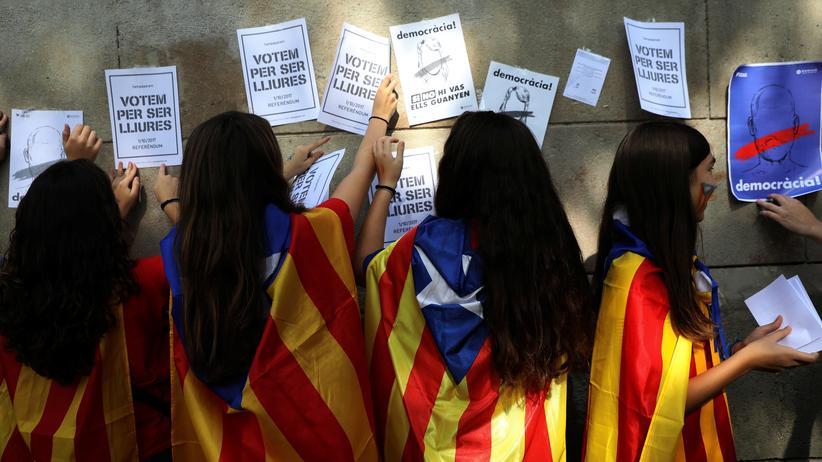 """Spanien: """"Wir stimmen ab, um frei zu sein"""", steht auf Plakaten von Frauen, die für eine Abspaltung Kataloniens auf die Straße gehen."""