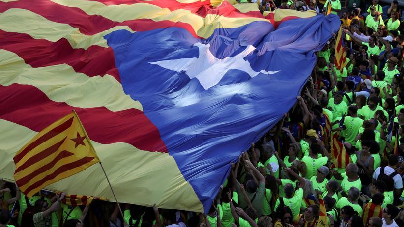 Katalonien: Demonstranten mit einer großen Estelada, der Flagge Kataloniens, in Barcelona