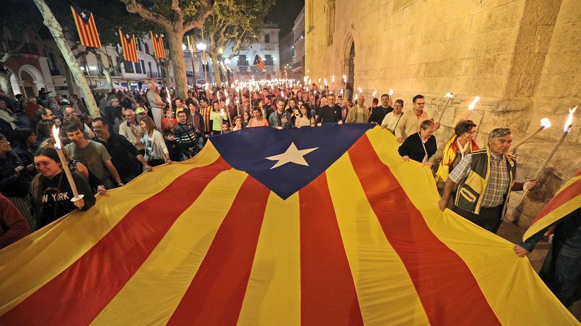 Katalonien: In Vilafranca del Penedes wird eine große Estelada, die Flagge der katalanischen Separatisten, durch die Straßen getragen – aufgenommen am 10. September 2017.