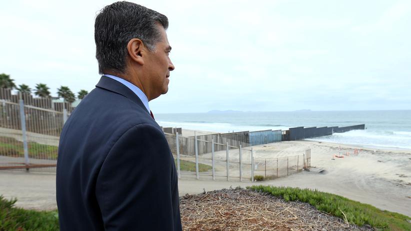 Kaliforniens Justizminister Xavier Becerra an der Grenzauer zwischen USA und Mexiko.
