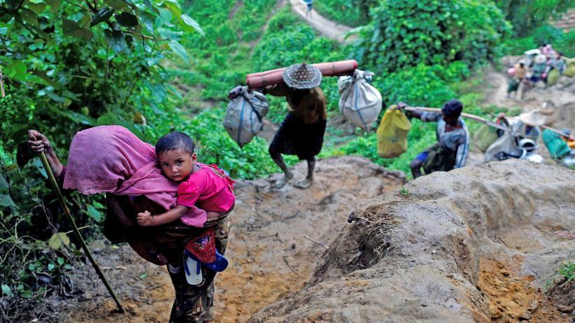Myanmar: Geflohene Rohingya kommen in Bangladesch an.