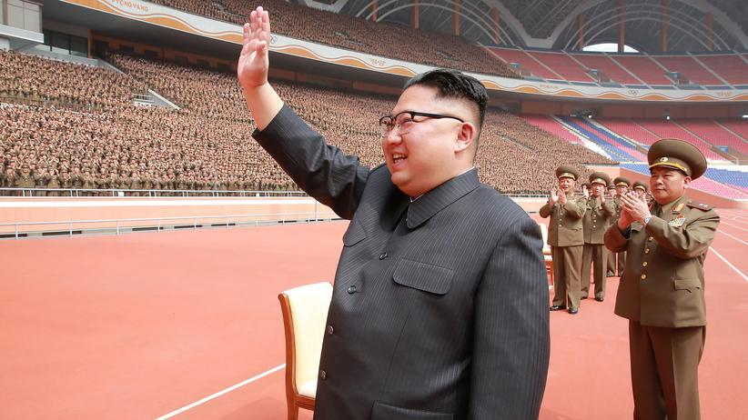 Atomprogramm: Nordkoreas Diktator Kim Jong-Un winkt Soldaten der Volksarmee in Pjöngjang zu.