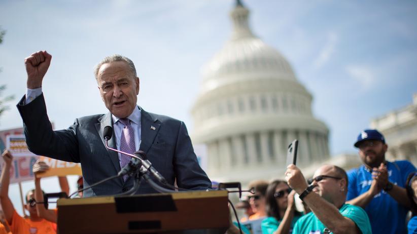 Obamacare: Der demokratische Senator Chuck Schumer bei einer Veranstaltung gegen Trumps Gesundheitsreform vor dem Kapitol