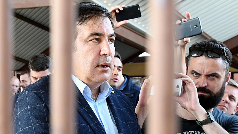 Michail Saakaschwili: Umringt von Journalisten: Michail Saakaschwili auf dem Bahnhof im polnischen Przemyśl