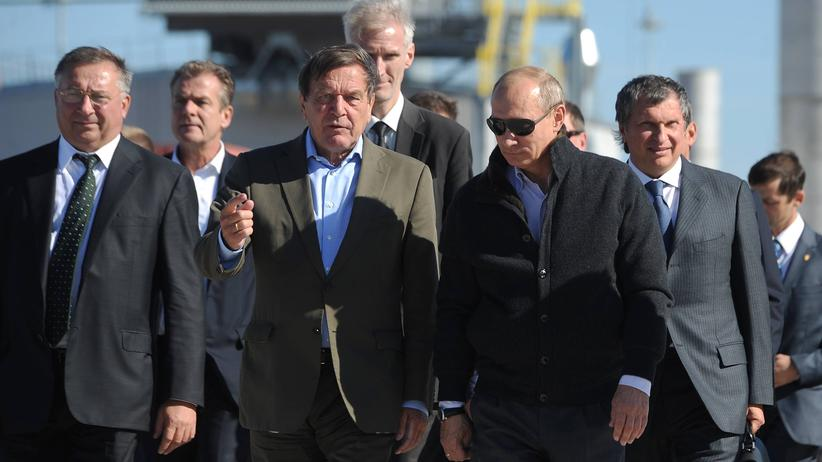Rosneft-Vorstandsvorsitzender Igor Sechin, der frühere Bundeskanzler Gerhard Schröder und Russlands Präsident Vladimir Putin (Archivbild von 2009)