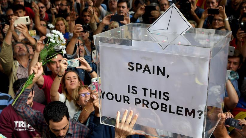 Katalonien: Menschen protestieren in Barcelona gegen die Durchsuchungen der Guardia Civil.