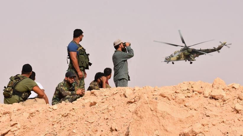 Syrien: Ein russischer Hubschrauber und syrische Soldaten in Dair as-Saur in Syrien
