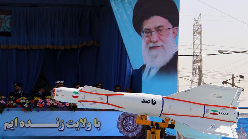 Iran-Abkommen: Raketenshow am Tag der Armee in Teheran, 2011. Im Hintergrund ein Bild des obersten Religionsführers des Iran, Ajatollah Ali Chamenei