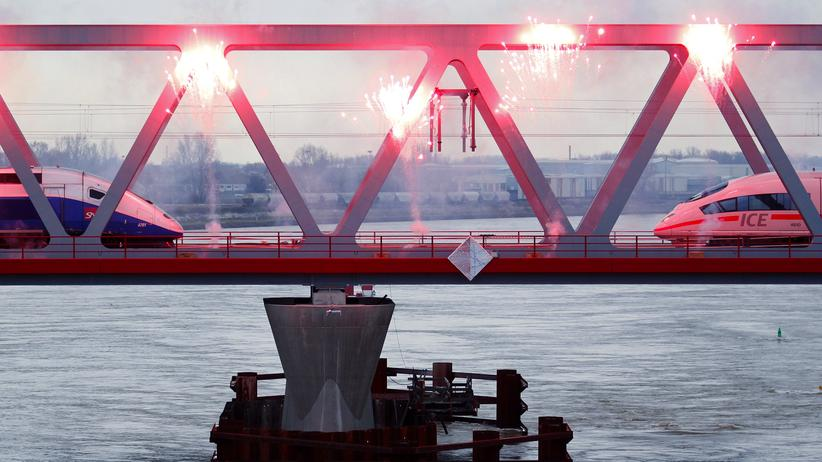 Al-Kaida: Ein TGV-Zug (l.) und ein ICE auf der Rhein-Brücke zwischen Straßburg and Kehl