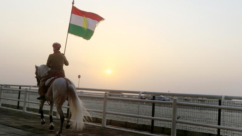 Unabhängigkeit der Kurden: Für einen eigenen Staat: Ein Kurde im irakischen Erbil während einer Demonstration für das Unabhängigkeitsreferendum