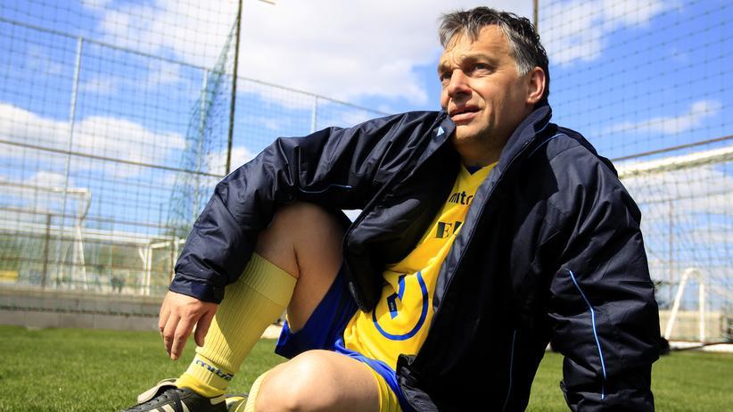 Ungarn: Der Fußballfan Viktor Orbán posiert vor dem Trainingsplatz neben seinem Fußballstadion in Felcsút.
