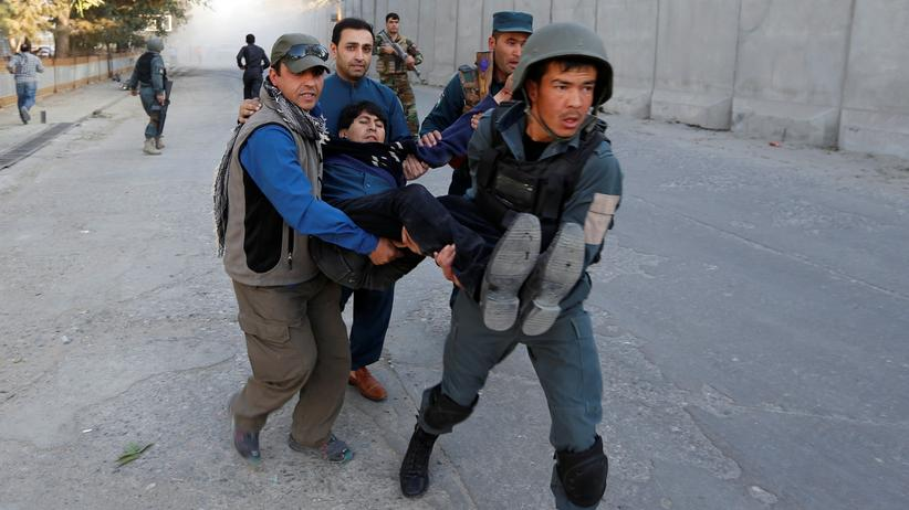 Afghanistan: Afghanische Polizisten tragen einen Verletzten fort nach einem Anschlag im Regierung- und Botschaftsviertel in Kabul am 31. Oktober 2017.