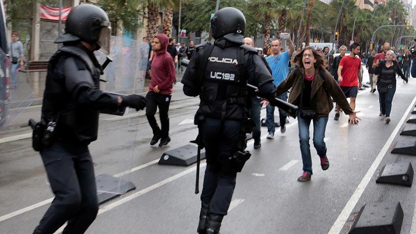 Unabhängigkeitsreferendum Katalonien: Zorn gegen die Polizei: Straßenszene aus Barcelona