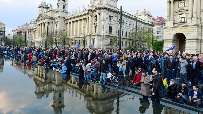Ungarn: Studenten und Angestellte der Central European University demonstrieren gegen das neue ungarische Hochschulgesetz und die drohende Schließung der US-geführten Bildungseinrichtung.