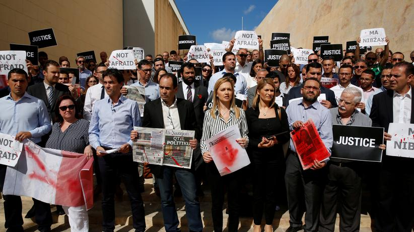 Demonstranten fordern die Aufklärung des Mordes an Daphne Caruana Galizia.