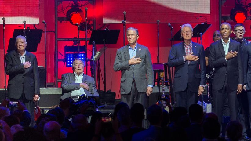 Donald Trump: Die früheren US-Präsidenten Jimmy Carter (v. l.), George H. W. Bush, George W. Bush, Bill Clinton und Barack Obama bei einem Benefizkonzert für Hurrikanopfer in Texas