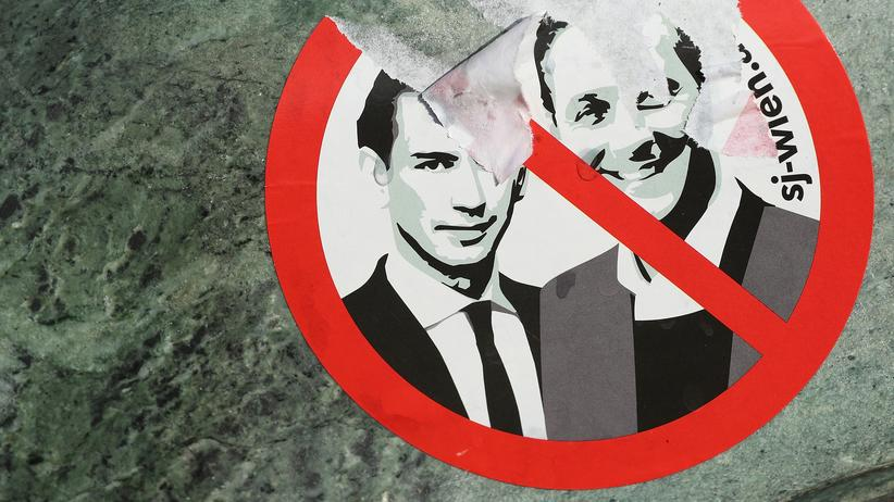 FPÖ: Ein Sticker zeigt Sebastian Kurz, den Chef der österreichischen Konservativen, neben Heinz-Christian Strache, dem Spitzenkandidaten der FPÖ.
