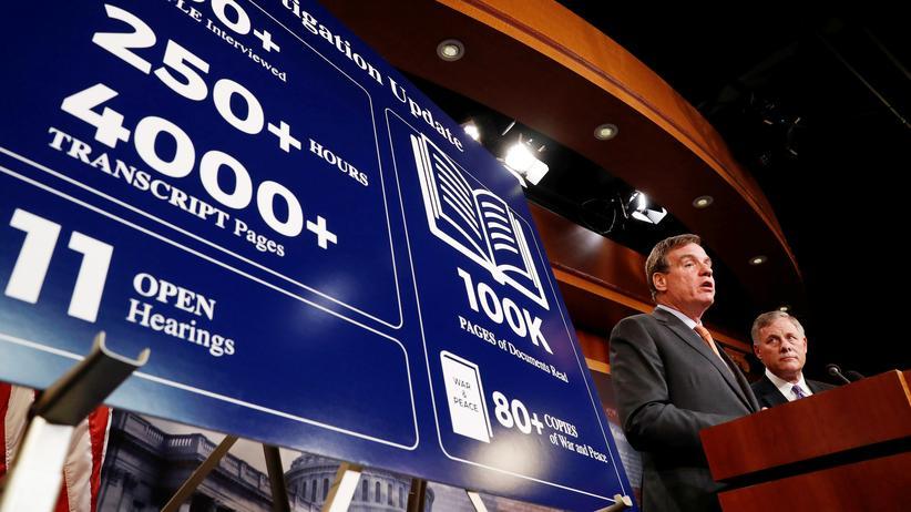 US-Wahlkampf: Der Co-Vorsitzende des Geheimdienstausschusses im US-Senat, der demokratische Senator Mark Warner, zusammen mit dem republikanischen Vorsitzenden des Geheimdienstausschusses des Senats, Richard Burr, im Kapitol in Washington
