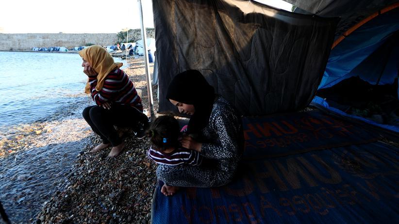 Griechenland: Flüchtlinge haben außerhalb eines Camps auf Chios ihr Zelt aufgeschlagen.