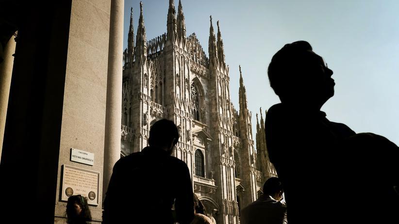 Venetien und Lombardei: Menschen stehen am Mailänder Dom.