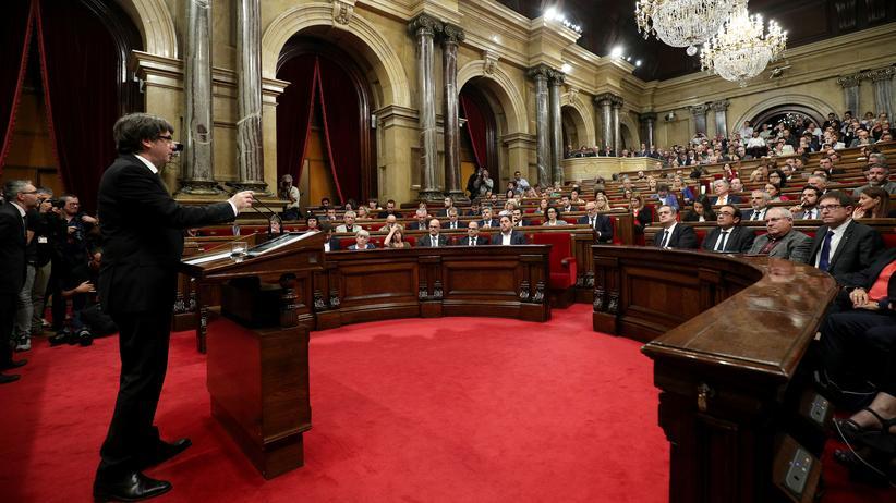 Katalonien: Carles Puigdemont vor dem Parlament in Barcelona