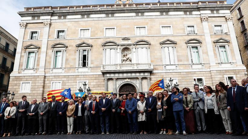 Unabhängigkeitsreferendum: Der katalanische Präsident Carles Puigdemont mit weiteren Mitgliedern der Regionalregierung in Barcelona