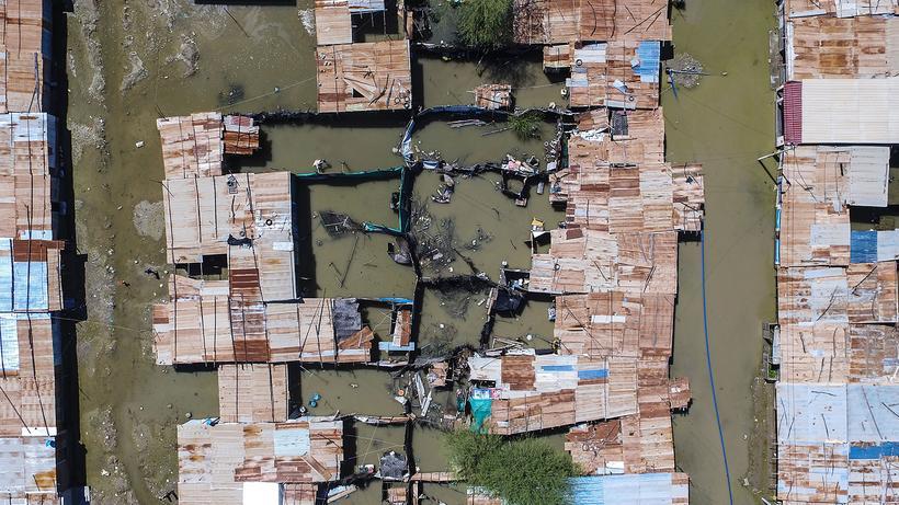 Klimaerwärmung: In Peru ließ El Niño einen Fluss über die Ufer treten.