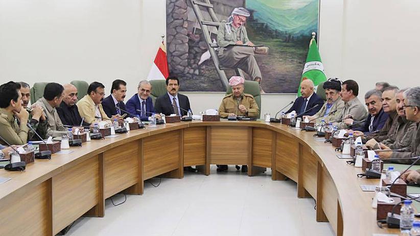 Nordirak: Der Präsident der kurdischen Regionalregierung Massud Barsani (Mitte) mit dem Gouverneur der Provinz Kirkuk, Najmaldin Karim (Siebter von links), und weiteren kurdischen Politikern am 2. Oktober in Kirkuk