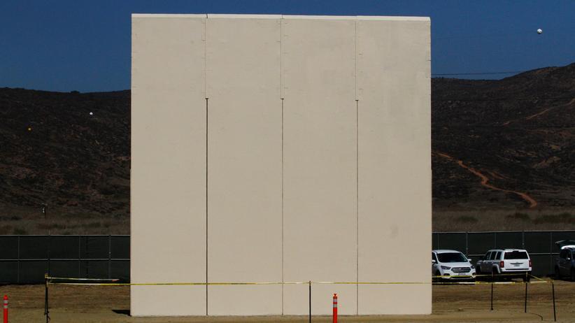 Prototyp: Einen aus acht Mauer-Prototypen will Präsident Trump auswählen.