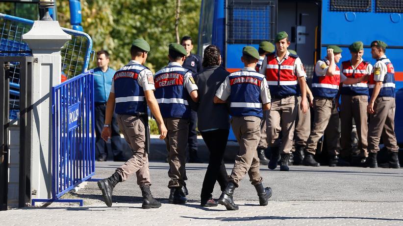 Recep Tayyip Erdoğan: Ein ehemaliger Soldat wird in Muğla von Polizisten abgeführt. Er ist einer von vielen, die dort wegen versuchten Mordes an Präsident Erdoğan angeklagt waren.