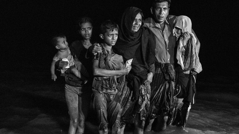Myanmar: Rohingya-Familie am Fluss Naf nach ihrer Flucht aus Myanmar nach Bangladesch