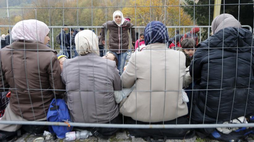 Wahlen in Österreich: Eine Gruppe von Frauen wartet in Slowenien darauf, die Grenze nach Österreich zu passieren (2015).