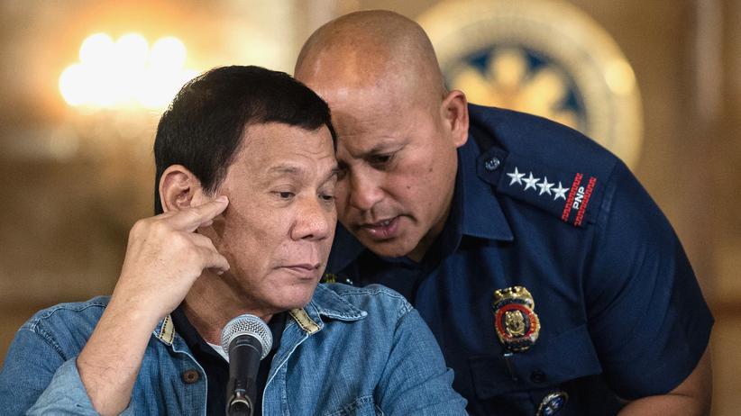 Philippinen: Der philippinische Präsident Rodrigo Duterte (links) und der Chef der nationalen Polizeibehörde, Ronald Dela Rosa (rechts)