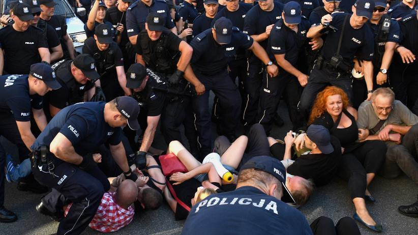 Polizisten entfernen Demonstranten in Warschau, die gegen einen Aufmarsch von Rechtsextremen protestieren wollten. (Archivaufnahme vom 15. August 2017)